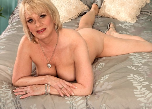 naked mature milf posing on tube